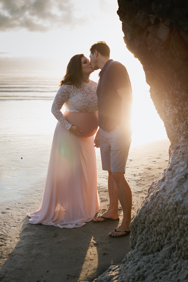 couple kissing pregnancy photos